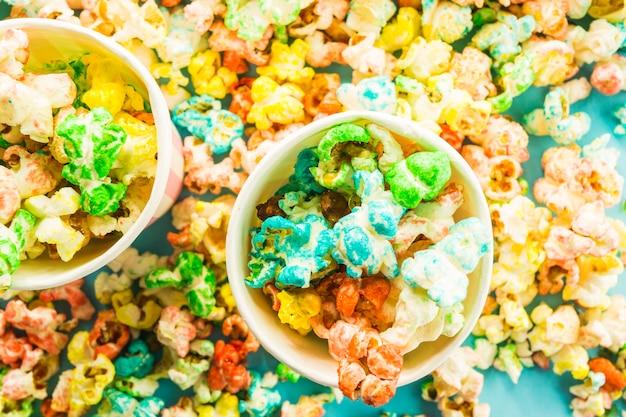 Kubki z kolorowym popcornem