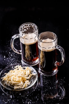 Kubki z piwem na stole