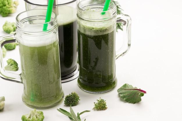 Kubki z zielonymi koktajlami warzywnymi.