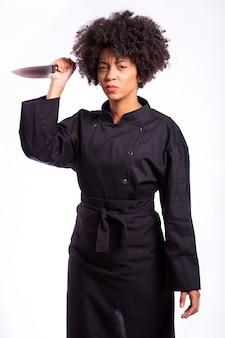 Kucbarska kobieta trzyma nóż na białym tle