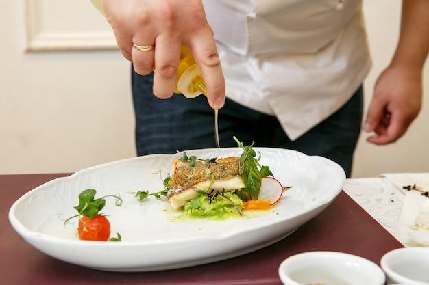 Kucharz gotuje danie rybne