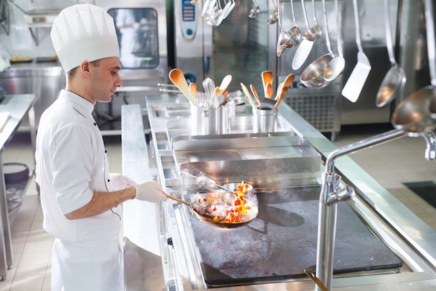 Kucharz gotuje w restauracji.