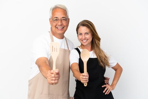 Kucharz para w średnim wieku na białym tle