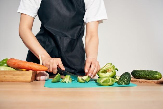 Kucharz w kuchni kroi warzywa witaminy prace domowe