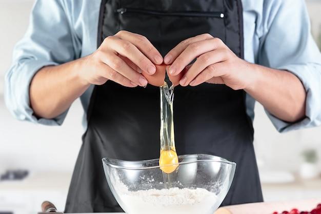 Kucharz z jajkami w rustykalnej kuchni
