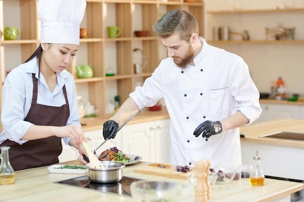 Kucharze pracujący w kuchni