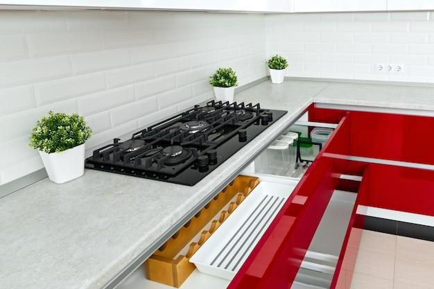 Kuchenka gazowa w kuchni zamontowana w blacie