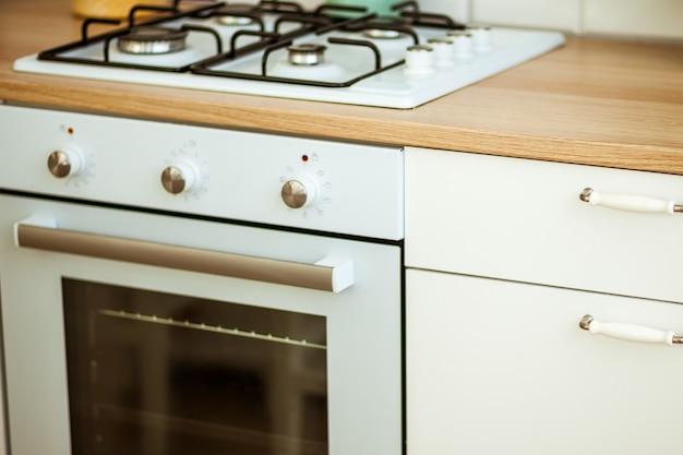 Kuchenka gazowa w widnej kuchni
