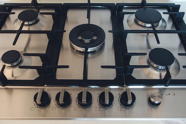 Kuchenka gazowa, z bliska. nowa kuchenka gazowa i blat w nowoczesnej kuchni. nowoczesna kuchnia kucharz.