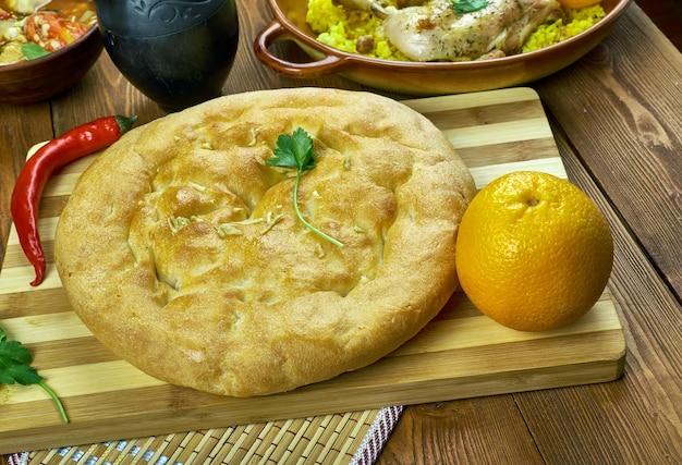 Kuchnia arabska - chleb fatir, tradycyjne dania różne, widok z góry.