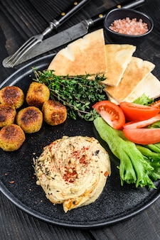 Kuchnia arabska hummus ciecierzyca, falafel, chleb pita i świeże warzywa.