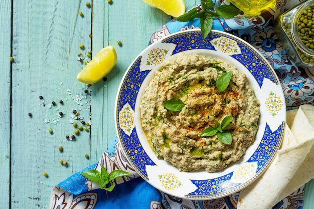 Kuchnia arabska świeży domowy kremowy hummus mung z pikantnym falafelem w sosie śmietanowo-śmietanowym