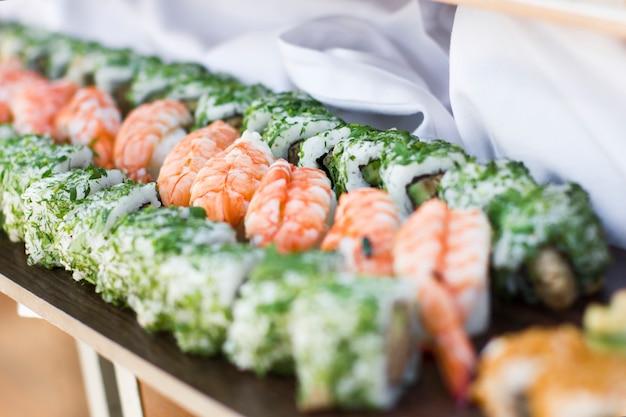 Kuchnia azjatycka. sushi, bułki i sashimi w restauracji