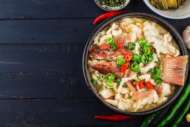 Kuchnia chińska gotowana ryba z kiszoną kapustą i chili filety z czerwonego granika