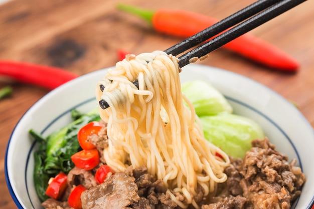 Kuchnia chińska: miska makaronu wołowego