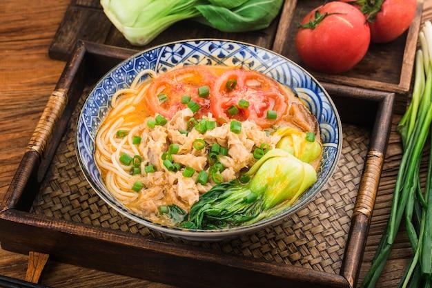 Kuchnia chińska miska tłustego makaronu wołowego