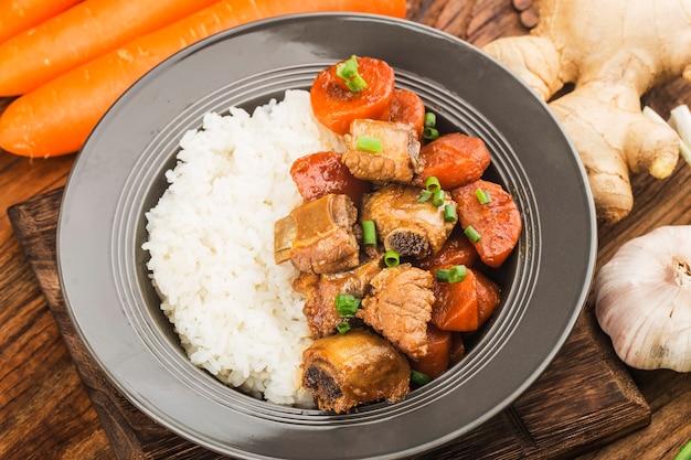 Kuchnia chińska talerz żeberek ryżowych