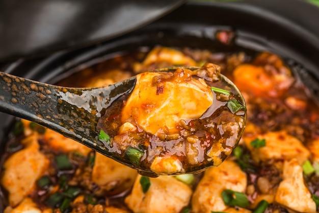 Kuchnia chińska: tofu i mielone mięso z ostrym ostrym sosem