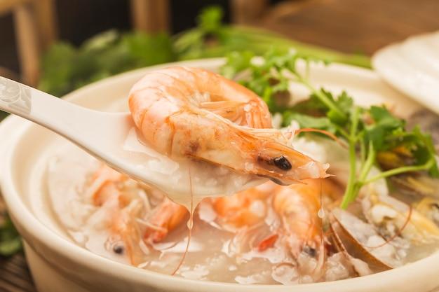 Kuchnia chińska: zapiekanka chaoshan owsianka z owocami morza. owsianka z owoców morza