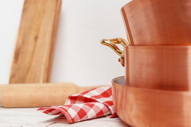Kuchnia do profesjonalnego użytku z dużą ilością miedzianych garnków