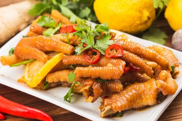 Kuchnia domowa: świeże skrzydełka kurczaka z cytryną,
