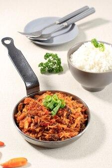Kuchnia indonezyjska: pampis tongkol suwir pedas, posiekana makrela z tuńczyka o pikantnym smaku. podawany z miską ryżu