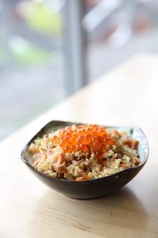 Kuchnia japońska smażony ryż z łososiem i kawiorem na wierzchu
