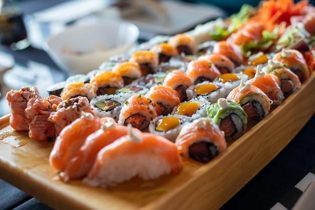 Kuchnia japońska. sushi ustawione na półmisku