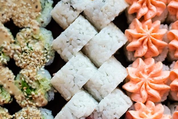 Kuchnia japońska. świeże bułki z sezamem. japońskie jedzenie, widok z góry?