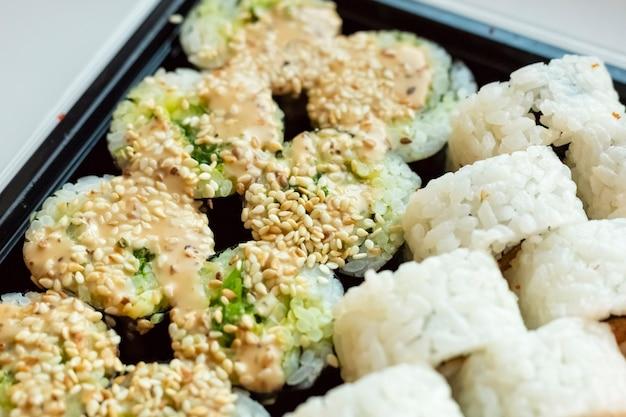 Kuchnia japońska. świeże bułki z sezamem. japońskie jedzenie, zbliżenie