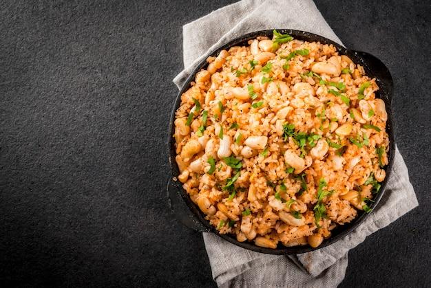 Kuchnia meksykańska, latynoamerykańska. mexican rice and beans bowl to przepis na ryż i białą fasolę, domowej roboty, ze świeżymi ziołami i ziołami. na patelni do gotowania, widok z góry