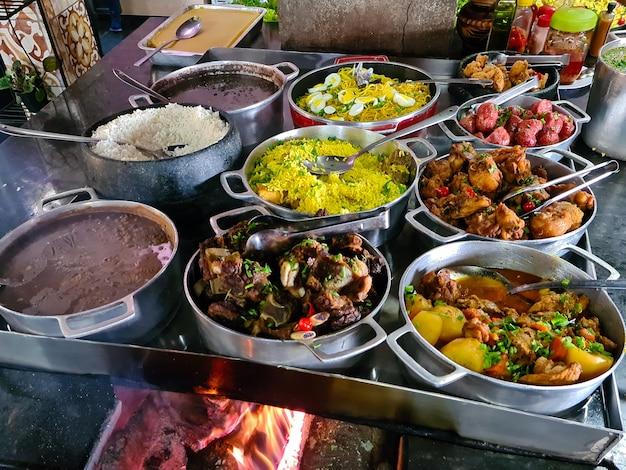 Kuchnia minas gerais przyrządzona na piecu opalanym drewnem z ryżem, fasolą, feijoada, wieprzowiną, makaronem, kiełbasą i kurczakiem