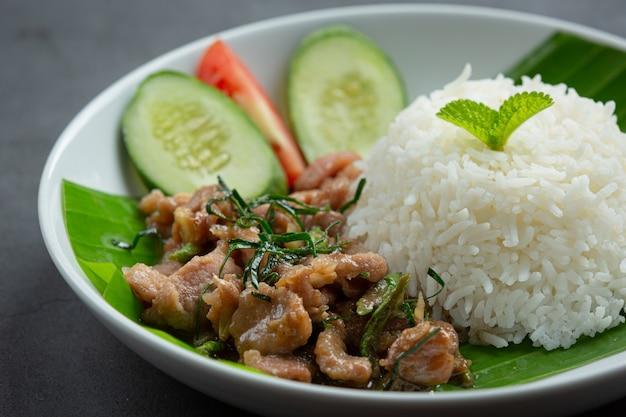 Kuchnia tajska; smażona wieprzowina z liśćmi limonki kaffir podawana z ryżem