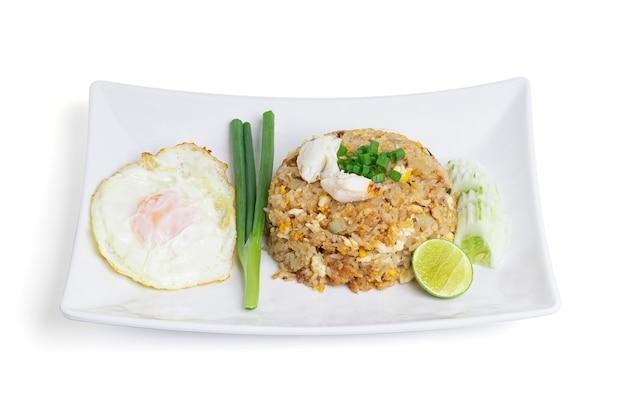 Kuchnia tajska, smażony ryż z krabem i smażone jajka na białym tle.