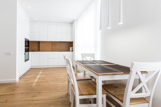 Kuchnia w białych modernistycznych kolorach