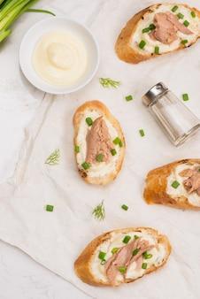 Kuchnia włoska. bruschetta z tuńczykiem, cebulą i majonezem.