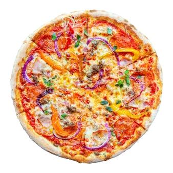 Kuchnia włoska. świeża, smaczna pizza. pizza z pomidorami, mozzarellą, pepperoni, cebulą, parmezanem i boczkiem na białym tle.