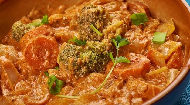 Kuchnia wschodnioafrykańska - ethiopian inspired berbere chicken curry, tradycyjne różnorodne dania afrykańskie, widok z góry.