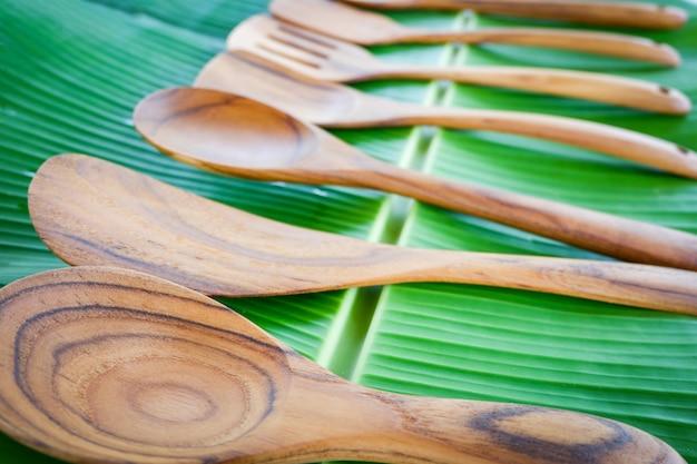 Kuchnia z odpadami zerowymi używa mniejszej ilości plastikowej koncepcji / różne rozmiary drewnianej łyżki i drewnianego kadzi do gotowania ryżu