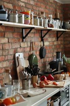 Kuchnia ze składnikami i narzędziami