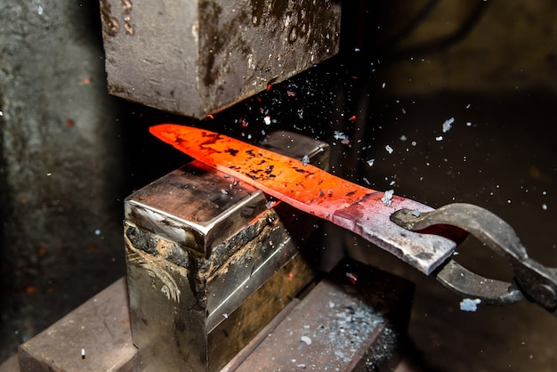 Kucie stopionego metalu. robienie noży.
