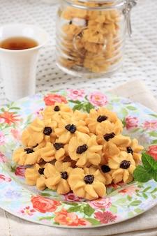 Kue semprit, indonezyjskie ciasteczka traditiona podawane z okazji lebaran idul fitri ied mubarak. wykonane z masła, mąki, jajka, w kształcie kwiatu