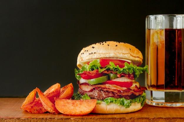 Kufel do piwa i hamburger