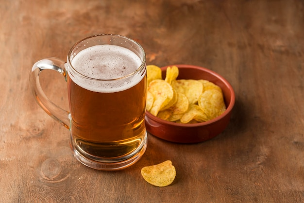 Kufel do piwa pod wysokim kątem i frytki