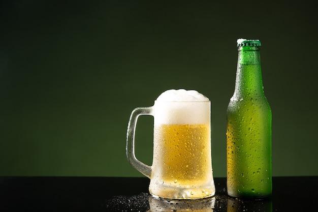 Kufel i butelka na zielonym tle z lato.