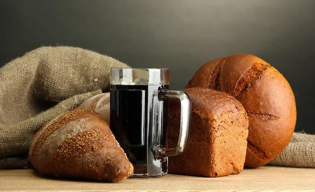 Kufel kwasu chlebowego i chlebów żytnich, na drewnianym stole