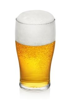 Kufel świeżego piwa z pianką na białym tle