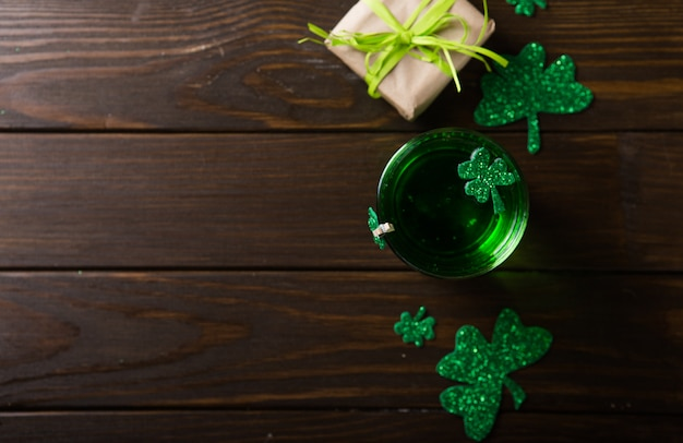 Kufel zielonego piwa dzień świętego patryka, ozdobiony liśćmi koniczyny. impreza w pubie patrick day, świętuje.