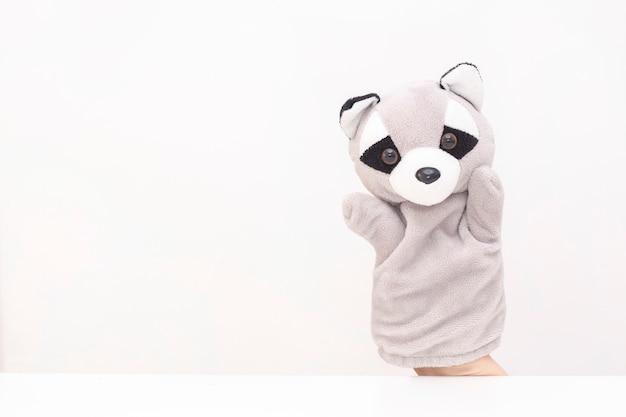 Kukiełkowy teatr na białym tle. przyjazne zwierzęta trzymają się za ręce. pojęcie zabawy z dziećmi, przyjaźni, rodziny, rozrywki. niania bawi dzieci. copyspace