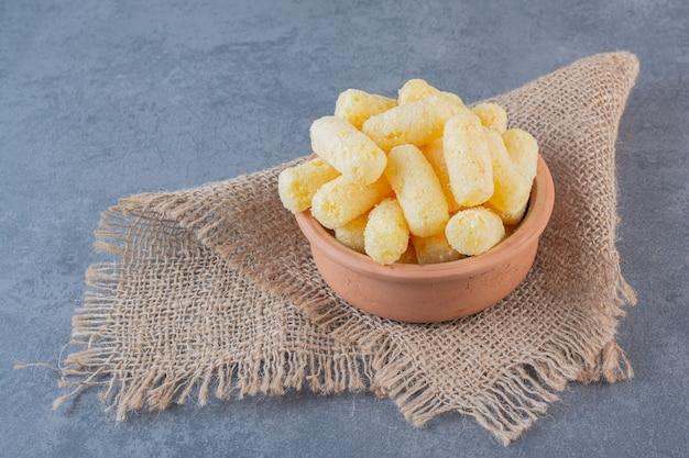 Kukurydza cukrowa w misce, na fakturze, na marmurowej powierzchni